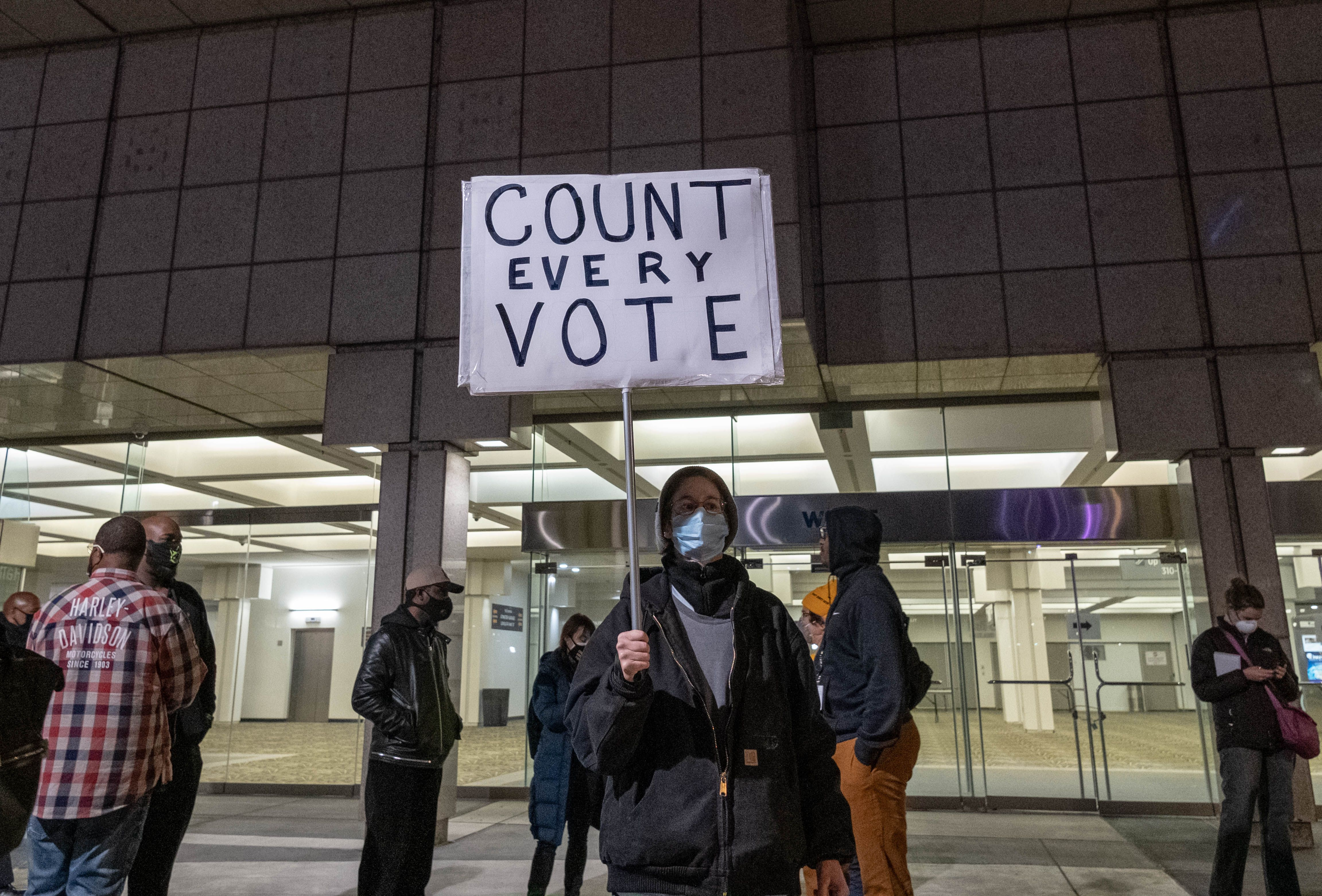 不懼威脅 密歇根共和黨人拒認選舉結果