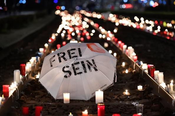 11月7日,德國萊比錫發生大規模集會抗議活動,抗議政府的防疫措施。圖為燭光裏放置的印有「自由」的雨傘。(JOHN MACDOUGALL/AFP via Getty Images)