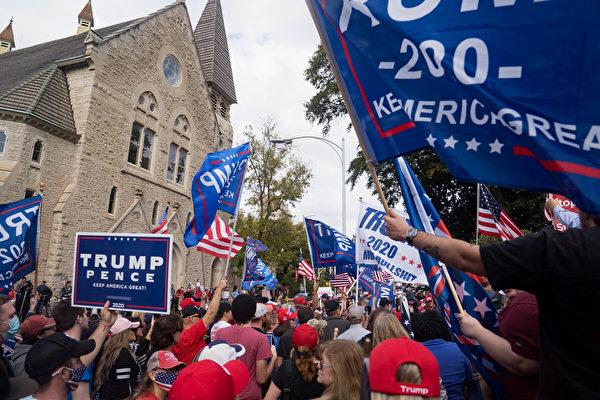 2020年11月7日,美國佐治亞州亞特蘭大,部份媒體片面預測拜登當選總統後,特朗普的支持者聚集在佐治亞州國會大廈外。(Megan Varner/Getty Images)