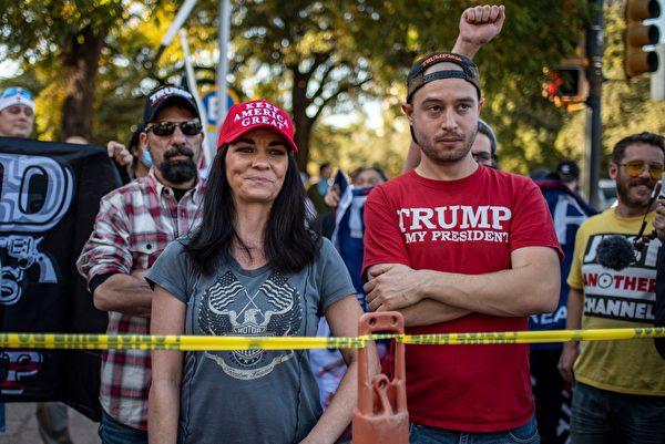 2020年11月7日,美國德州奧斯汀(Austin),總統特朗普的支持者被封鎖線隔開,他們望著對面的拜登的支持者。(SERGIO FLORES/AFP via Getty Images)