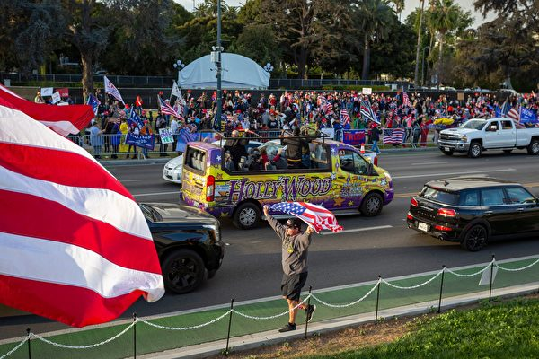 2020年11月7日,美國加州比弗利山莊(Beverly Hills),拜登被片面宣佈贏得總統大選後,特朗普支持者駕駛著荷里活旅遊巴士抗議。(DAVID MCNEW/AFP via Getty Images)