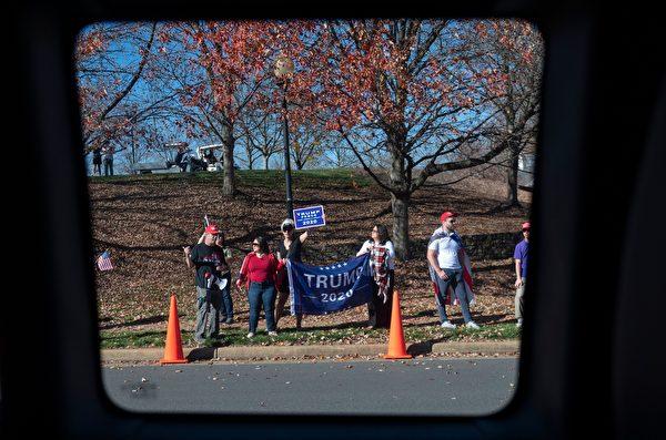 2020年11月8日,美國維珍尼亞州斯特林(Sterling),總統特朗普的支持者站在特朗普國際高爾夫俱樂部外面。(ANDREW CABALLERO-REYNOLDS/AFP via Getty Images)