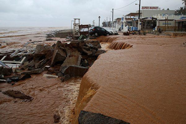 組圖:希臘克里特島暴雨成災  車輛房屋受損