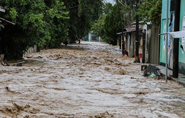2020年11月18日,洪都拉斯拉利馬(La Lima),熱帶風暴艾奧塔(Iota)造成洪災,滾滾洪水漫過街道。(WENDELL ESCOTO/AFP via Getty Images)
