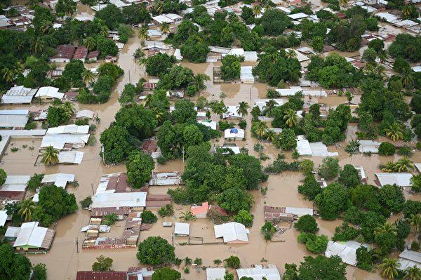 2020年11月18日,洪都拉斯聖佩德囉囌拉(San Pedro Sula),颶風艾奧塔(Iota)侵襲過後河水氾濫。(ORLANDO SIERRA/AFP via Getty Images)
