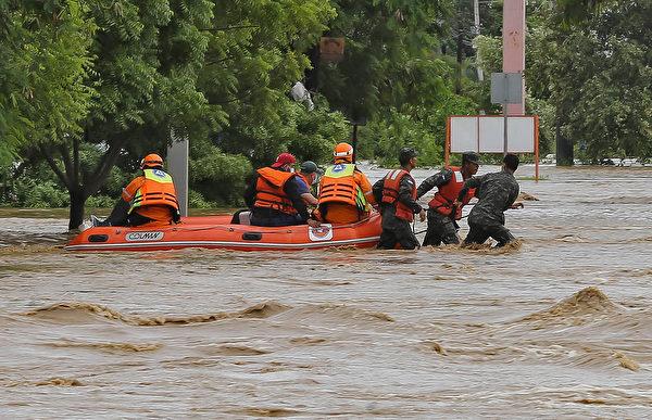 2020年11月18日,洪都拉斯聖佩德囉囌拉(San Pedro Sula),颶風艾奧塔(Iota)侵襲過後引發洪災,民眾搭乘橡皮艇撤離。(WENDELL ESCOTO/AFP via Getty Images)