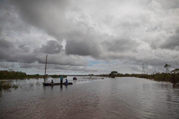 2020年11月18日,尼加拉瓜比爾維(Bilwi),颶風艾奧塔(Iota)侵襲過後引發洪災,居民搭乘獨木舟穿越被水淹沒的道路。(INTI OCON/AFP via Getty Images)
