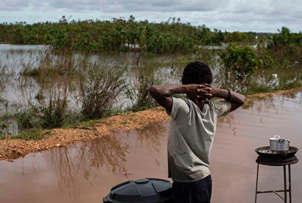2020年11月18日,尼加拉瓜比爾維(Bilwi),颶風艾奧塔(Iota)侵襲過後引發洪災,一位兒童在路邊販賣食品。(INTI OCON/AFP via Getty Images)