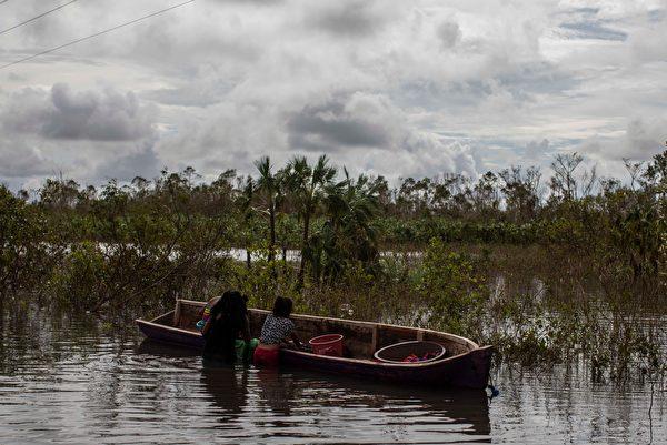 2020年11月18日,尼加拉瓜比爾維(Bilwi),颶風艾奧塔(Iota)侵襲過後引發洪災,居民利用小船在淹沒的道路上洗衣服。(INTI OCON/AFP via Getty Images)