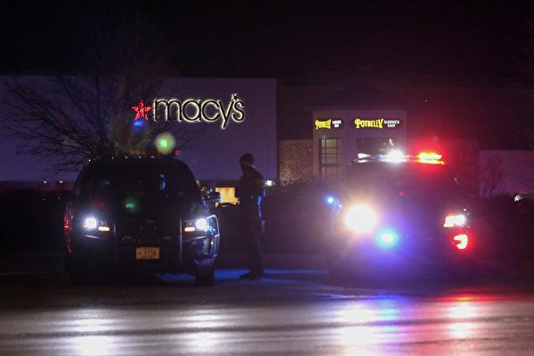 警方於2020年11月20日監視威斯康辛州一家梅菲爾購物商場外的區域。(KAMIL KRZACZYNSKI/AFP via Getty Images)