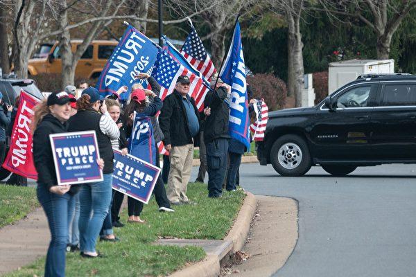 組圖:川普前往高爾夫球場 支持者在外歡迎
