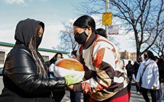 组图:志愿者将感恩节火鸡送给芝加哥市民