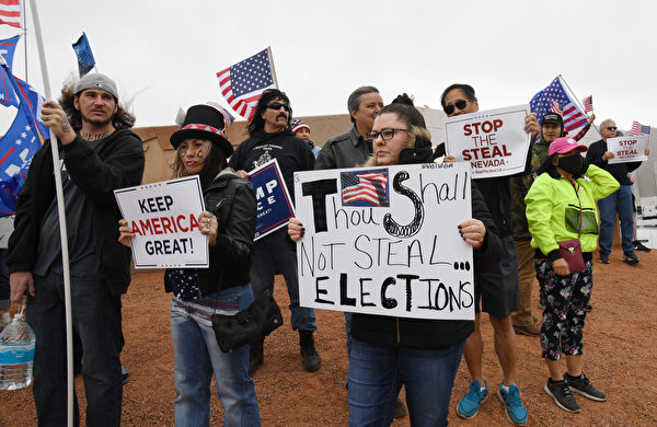 2020年11月7日,美國內華達州北拉斯維加斯(North Las Vegas),總統特朗普的支持者在克拉克縣(Clark County)選舉部外抗議選舉結果。(Ethan Miller/Getty Images)