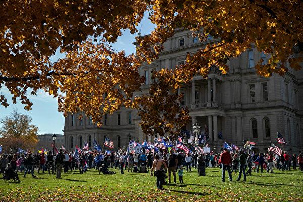 2020年11月7日,美國密歇根州蘭辛(Lansing),特朗普的支持者在密歇根州國會大廈(Michigan State Capitol)外示威,抗議選舉不公。(John Moore/Getty Images)