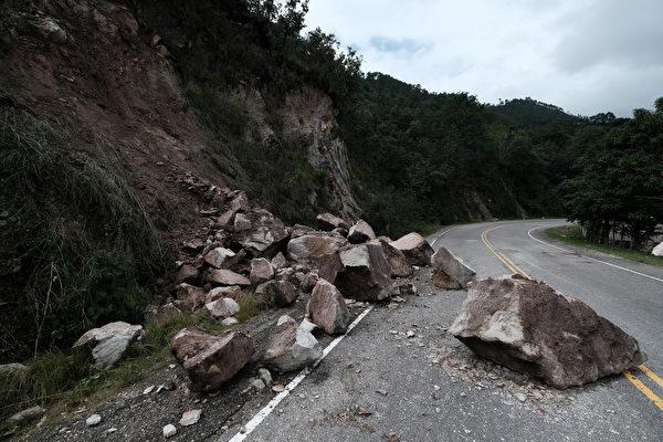 2020年11月19日,洪都拉斯科潘(Copan),颶風艾奧塔(Iota)侵襲過後,岩石崩落至路面。(Yoseph Amaya/Getty Images)