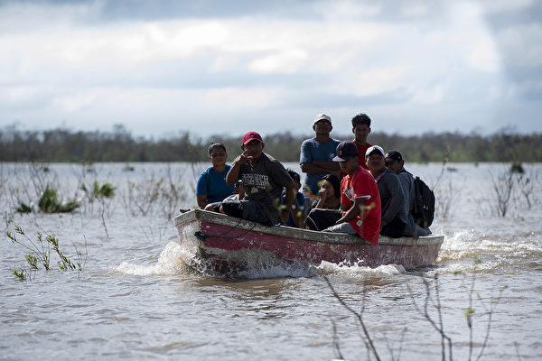 2020年11月19日,尼加拉瓜比爾維(Bilwi),颶風艾奧塔(Iota)侵襲過後引發洪災,民眾搭乘小艇撤離。(Maynor Valenzuela/Getty Images)