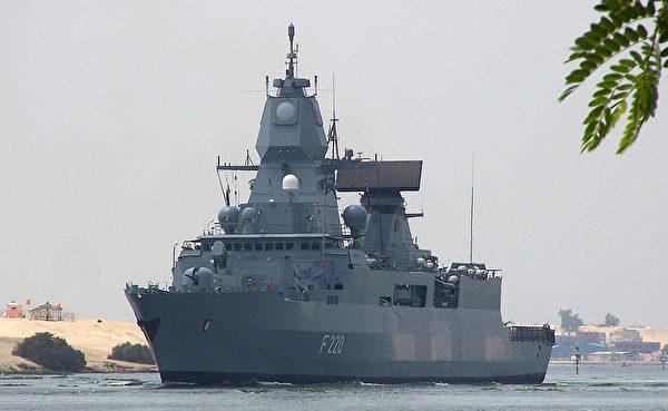 2013年6月13日,德国的萨克森级护卫舰汉堡号在穿越苏伊士运河。(AFP via Getty Images)