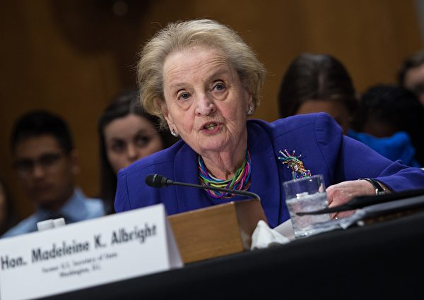 ASG集團主席奧爾布賴特是克林頓時期的國務卿,這次和基辛格一起被解僱。(NICHOLAS KAMM/AFP via Getty Images)