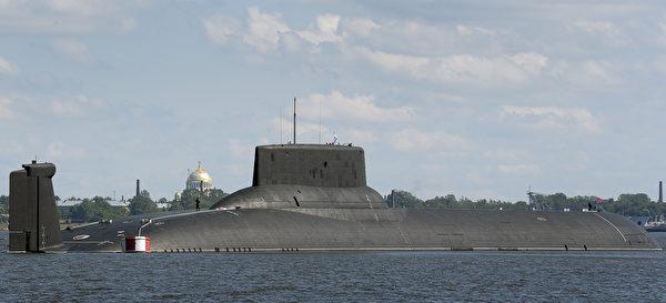 2017年7月26日,世界上現役最大的俄羅斯颱風級核潛艇德米特里.頓斯科伊號(Dmitry Donskoy)在聖彼得堡郊外的海軍基地。(Olga Maltseva/AFP via Getty Images)