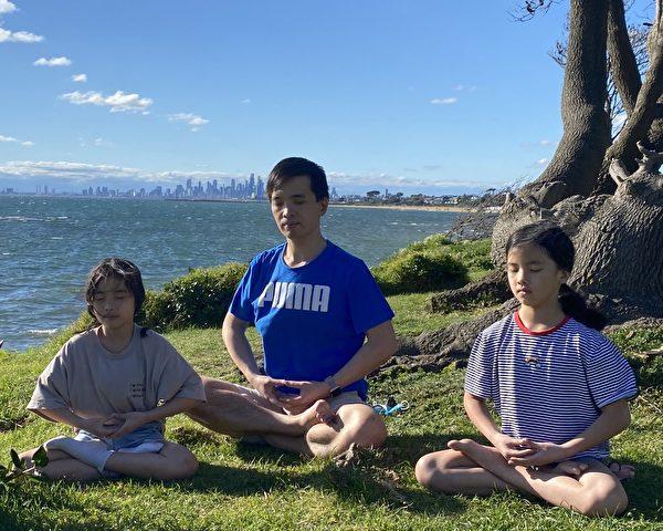 Viet Hoang(中)和兩個女兒在墨爾本布萊頓海灘(Brighton beach)煉第五套功法。(本人提供)