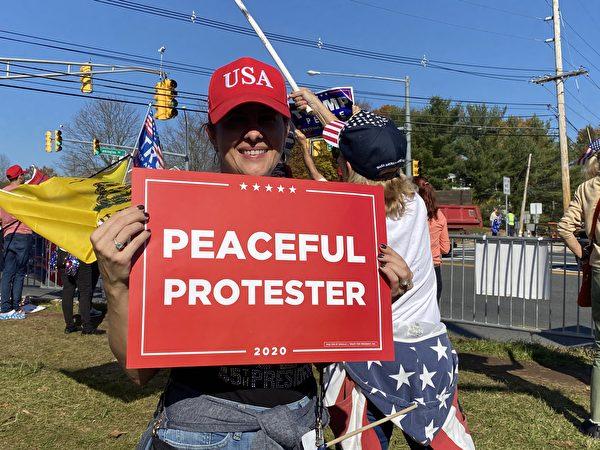 11月7日新澤西數百挺川民眾在特朗普高爾夫俱樂部門前舉行集會,抗議大選舞弊,支持特朗普連任。(施萍/大紀元)