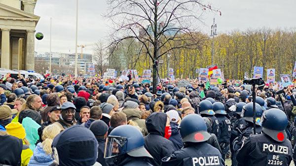 2020年11月18日,德國國會快速通過了《感染保護法》修正案。「橫向思維」在柏林集會抗議。圖為在勃蘭登堡門的抗議者。(張清颻/大紀元)