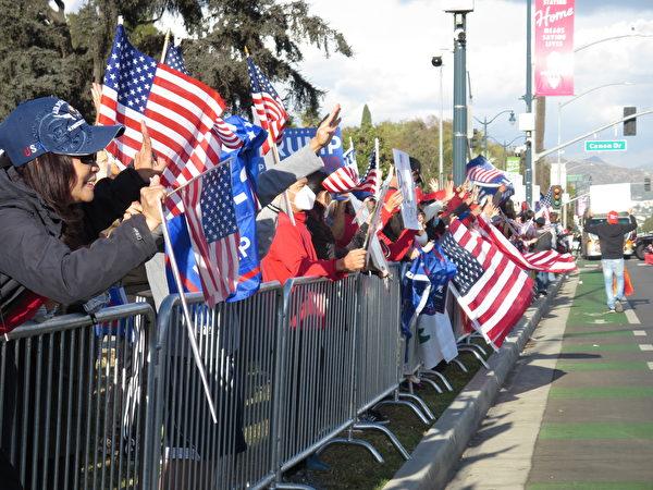 2020年11月7日,南加幾千名民眾從文圖拉縣、橙縣和河濱縣舉行汽車遊行,最後在洛杉磯的比華利山匯合,表達對特朗普總統的支持和選舉舞弊行為的憤怒。(李梅/大紀元)