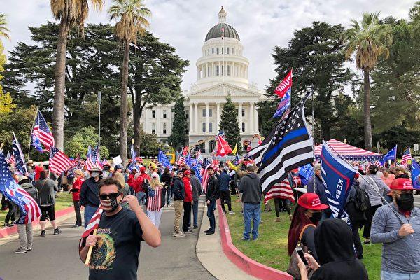 11月7日,數百名來自各地的民眾在加州首府沙加緬度集會,抗議並譴責民主黨大選舞弊。(魏凱西/大紀元)