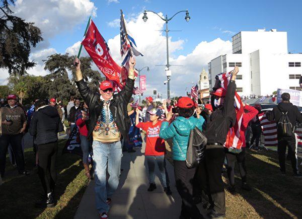 2020年11月7日參加挺川遊行的南加民眾。(李梅/大紀元)