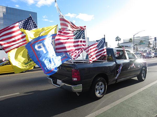2020年11月7日,南加幾千名民眾從文圖拉縣、橙縣和河濱縣舉行汽車遊行,最後在洛杉磯的比華利山匯合。(李梅/大紀元)