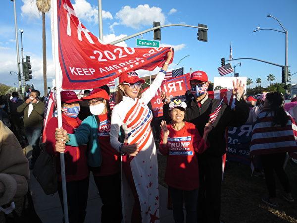 身穿傳統服裝奧黛(很像旗袍)的越南裔女子舉著特朗普2020的大旗,表達「越南裔支持特朗普!」(李梅/大紀元)