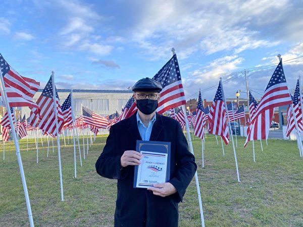紐約傑維斯港扶輪社的現任會長洛倫·麥卡恩(Loren Mccune)表示:「把兩面國旗獻給被迫害的中國大陸法輪功學員,是在表達對英雄們在危難中仍然堅忍無畏的敬意。」(李桂秀/大紀元)