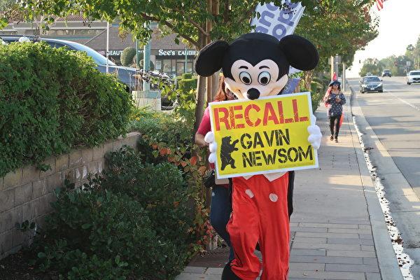 民眾穿著米奇老鼠的布偶裝上街支持特朗普總統,同時要求罷免加州州長紐森。(徐繡惠/大紀元)