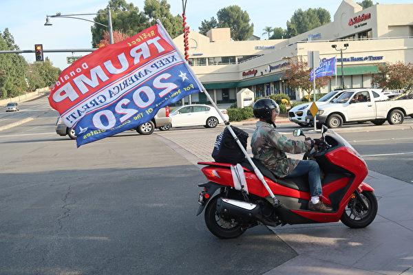 電單車載著支持特朗普總統的旗幟來回穿梭。(徐繡惠/大紀元)