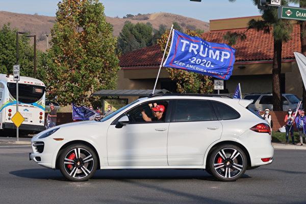 民眾開車參與活動,聲援特朗普總統。(徐繡惠/大紀元)