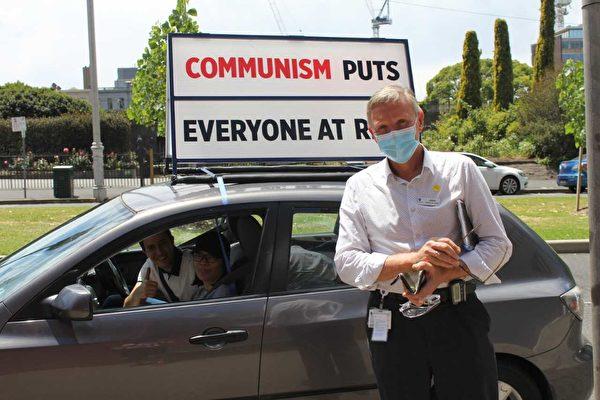 墨爾本醫務人員John對義工們說:「做得真棒,你們真了不起!」 (Lucy Liu/大紀元)