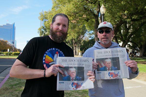 11月21日,Jon DeRoos(左)和朋友John Jevti(右)參加沙加緬度挺特集會,他們都非常喜歡英文大紀元時報。(曹景哲/大紀元)