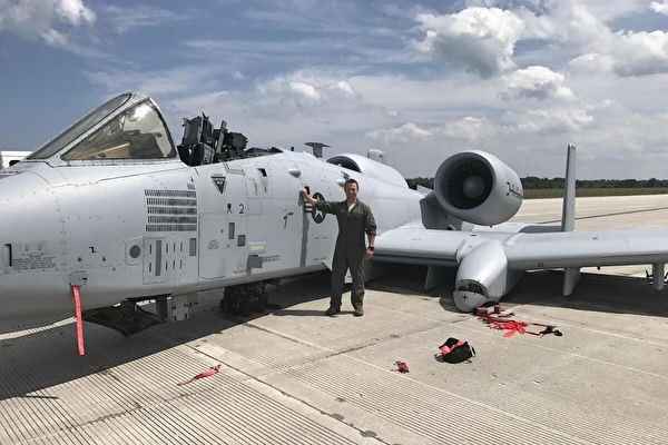 无座舱盖和起落架竟成功迫降 美飞行员获勋章