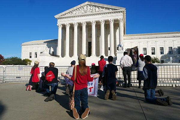 组图:美国民众在最高法院前为川普祈祷