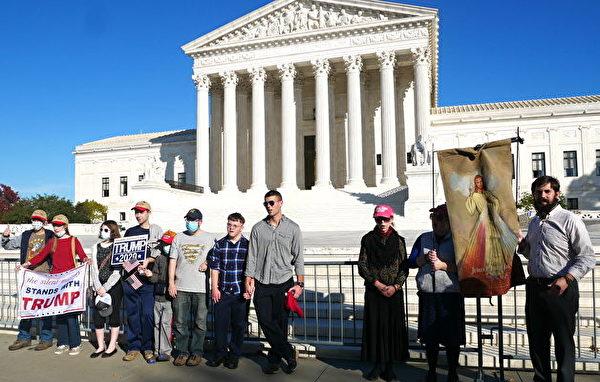 2020年11月7日,美國人在最高法院前為特朗普祈禱,唱禱告的歌曲。(李辰/大紀元)
