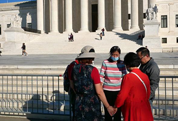 2020年11月7日,五位美國華人在華府最高法院前低頭為特朗普祈禱。(李辰/大紀元)