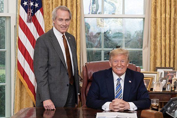 美國著名維權大律師林肯·伍德(Lucian Lincoln Wood)日前宣布加入川普陣營,並指川普是為了人民而選總統,此刻已到「我們為總統而戰的時候了」。圖為2020年3月11日,川普總統(右)與林肯·伍德(左)。(公共領域)