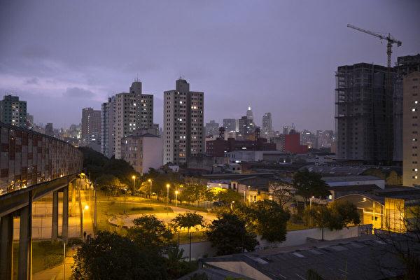 巴西公交与卡车相撞 至少40人死伤
