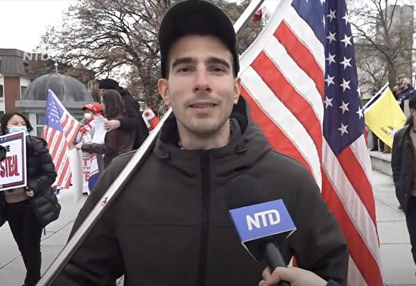 吉迪恩·勞奇(Gideon Raucci)先生11月21日表示,他是為了「正義」、「真理」 和「美國人的選舉權」來這裏抗議,他拒絕本次大選選票被盜走。(新唐人影片截圖)