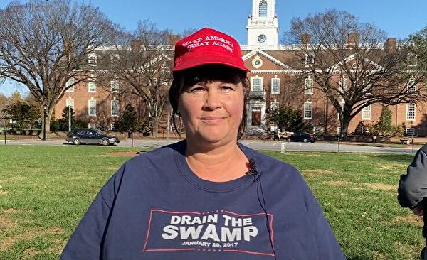 2020年11月14日,在特拉華州府多佛市舉辦的「停止竊選」集會上,房地產經理人裏賈納·卡多(Regina Kadow)表示,她來這裏是來支持國家,支持憲法和支持特朗普總統。」(新唐人)