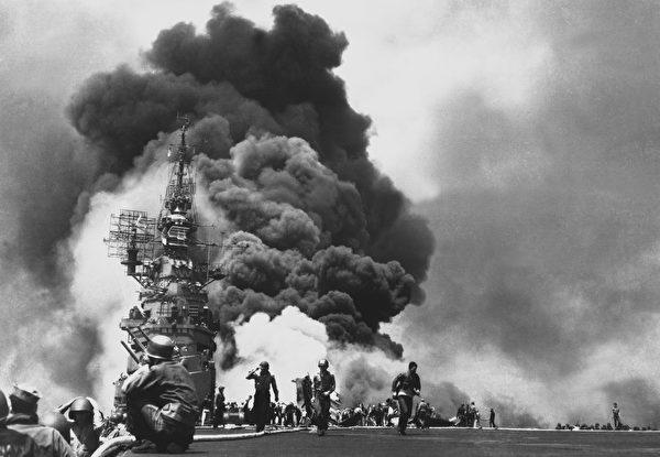 美国邦克山号航空母舰因日军飞机的自杀攻击遭受重创。(公有领域)