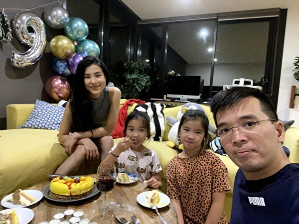 無病一身輕的Hoang和家人開心為大女兒Katie(右二)慶祝9歲生日。(本人提供)