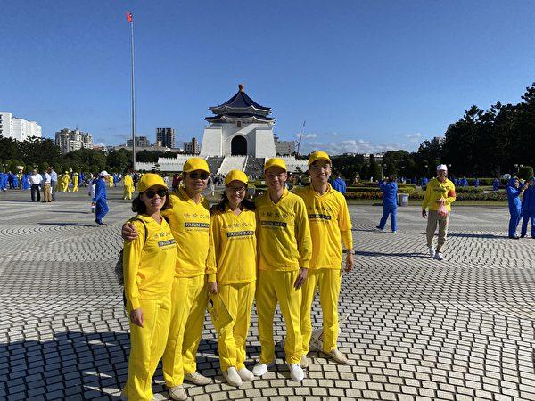 2019年11月16日,台灣法輪功修煉心得交流會前夕,Viet Hoang(右一)趕赴台北自由廣場,參加大型排字及集體煉功活動。(本人提供)