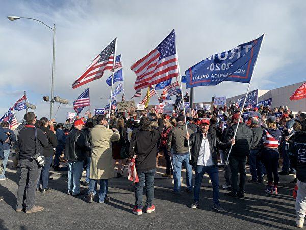 11月8日,大量選民再次聚集在內華達州克拉克縣(Clark County)拉斯維加斯的競選總部前,要求停止選舉舞弊、公開計算每一張「合法選票」。(姜琳達/大紀元)