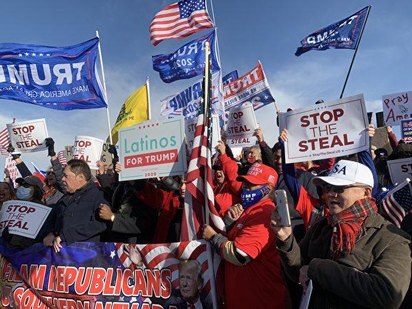 11月8日,大量選民聚集在內華達州克拉克縣(Clark County)的競選總部前,要求停止選舉舞弊、公開計算每一張「合法選票」。(姜琳達/大紀元)